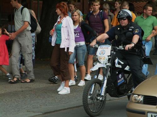 test elektromotocyklu Quantya městskou policií Praha