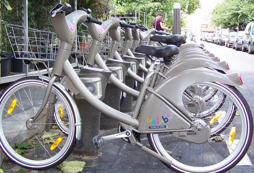 Jídní kola v systému půjčoven Vélib b Paříži