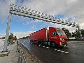 nákladní doprava na dálnicích - kamion a brány pro výběr mýta