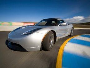 elektromobil Tesla Roadster na závodním okruhu