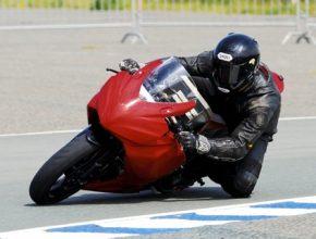 Team Agni - vítěz závodu elektromotorek TTxGP Rob Barber na své elektrické motorce Suzuki GSXR