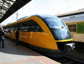 Žluté jaro na železnici