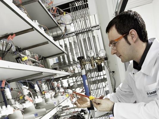 elektromobil BASF výkum vývoj elektrolyt lithium-iontové baterie