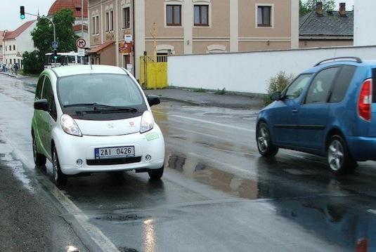 auto test elektromobilu Peugeot iOn jízda v dešti