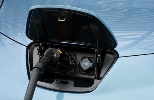 auto elektromobil nabíjení elektromobilu Nissan Leaf