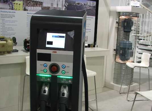 auto elektromobil rychlodobíjecí stanice ABB Solar Center