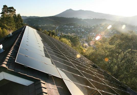 rodinný dům Kalifornie - SolarCity solární fotovoltaická elektrárna střešní