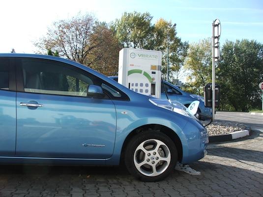 auto elektromobil Nissan Leaf rychlodobíjecí stanice Bratislava VIBRATe čerpací stanice Slovnaft