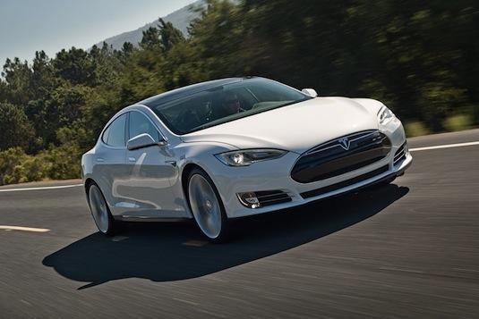 auto elektromobil Tesla Model S na silnici bílá