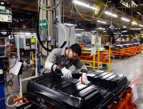 auto elektromobil výroba baterií továrna Nissan Smyrna Tennessee