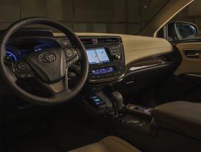 auto hybrid Toyota Avalon Hybrid bezdrátové dobíjení mobilních telefonů - palubní deska