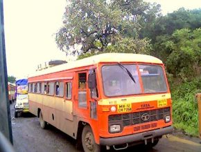 Dosluhující dieselový autobus značky TATA v barvách dopravce MSRTC