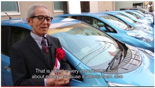 Isao Natsuyagi japonský herec elektromobil Nissan Leaf festival Mainichi