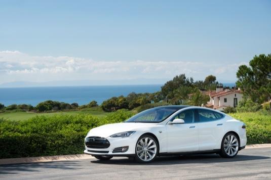 auto Tesla Model S bílá barva elektromobil