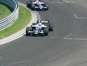 auto formule Williams na závodní dráze