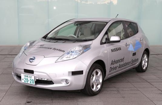 auto Nissan Leaf elektromobil testovací robotické auto