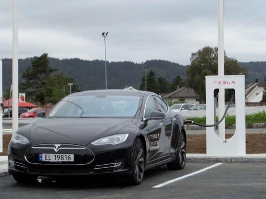 auto Tesla Model S u dobíjecí stanice Supercharger v Norsku