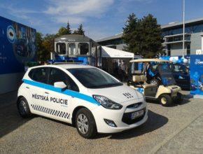 auto CNG auto městské policie Ostrava, v pozadí CNG golfový vozík
