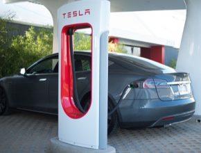 auto rychlodobíjecí stanice elektromobilů Supercharger elektrické auto Tesla Model S