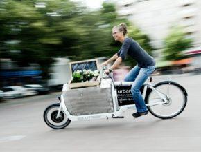 Tina z Berlína nahradila auto speciálně upraveným jízdním kolem