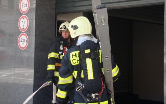 auto hasiči v Pardubicích při cvičení