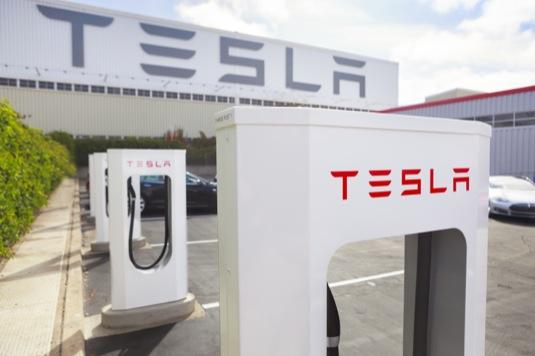 auto dobíjení elektromobilů rychlodobíječka Tesla Supercharger