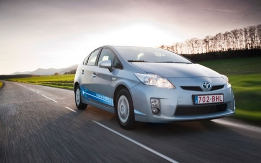 auto Toyota Prius plug-in hybrid auto na elektřinu do zásuvky