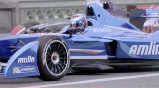 auto video elektrické formule E v centru Londýna