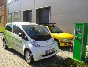Dobíjení elektromobilu Peugeot iOn u dobíjecí stanice v Ostravě