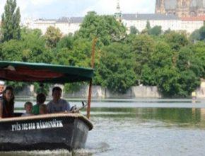 auto přívoz Praha Vltava vodní tramvaj