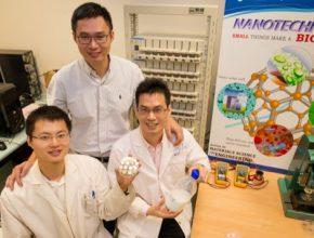 Docent Chen Xiaodong, spoluvýzkumník Tang Yuxin a doktorand Deng Jiyang, kteří se podíleli na vývoji nové gelové anody z oxidu titaničitého. Výzkumný projekt trval tři roky a financovala jej Národní výzkumná nadace premiéra Singapuru.
