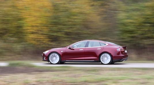 auto elektromobil Tesla Model S cena dojezd