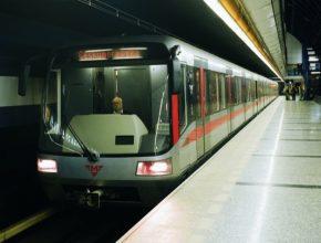 auto Praha metro vůz stanice Českomoravská dopravní podnik hlavního města Prahy