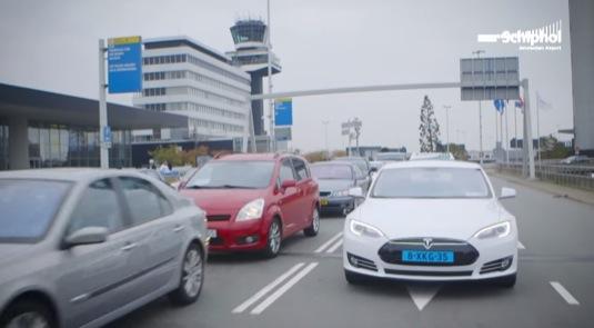 auto elektromobily Tesla Model S Amsterdam letiště Schiphol taxi