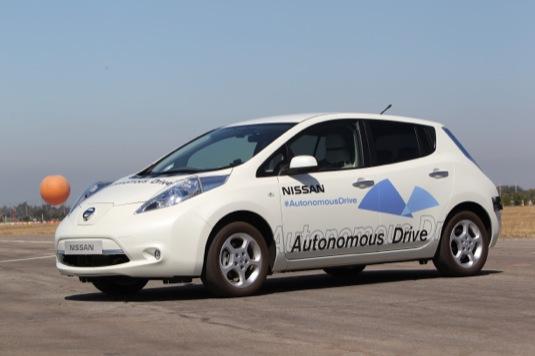 auto elektromobil Nissan Leaf robotické autonomní auto