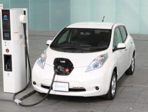 auto Nissan Leaf elektromobil auto rychlonabíjecí stanice