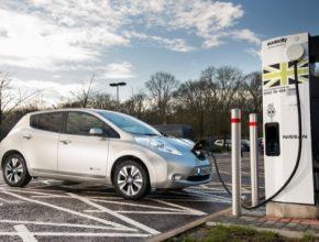 auto elektromobil Nissan Leaf u rychlodobíjecí stanice CHAdeMO Ecotricity Británie