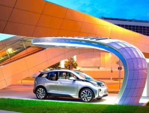 auto elektromobil BMW i3 a solární dobíjecí stanice