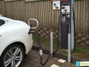 auto elektromobil Tesla Model S dobíjení s redukcí CHAdeMO