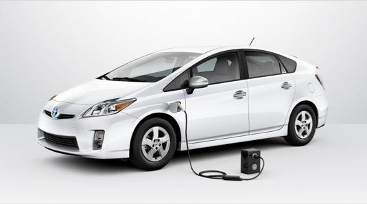 auto Toyota Prius plug-in hybrid auto do zásuvky