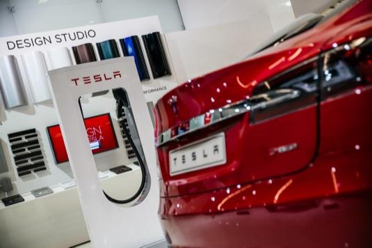 auto elektromobil Tesla Model S rychlodobíjecí stanice SUpercharger
