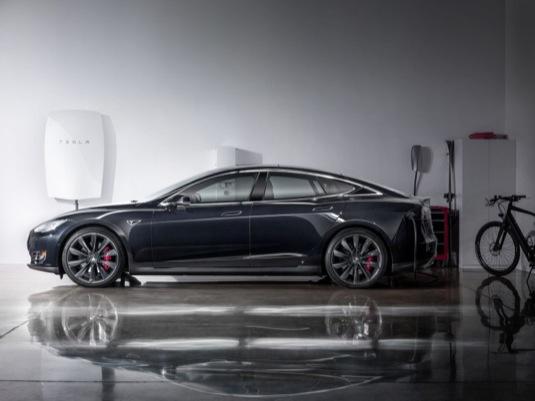 auto elektromobil Tesla Model S a baterie Tesla Powerwall