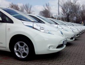 auto elektromobily Nissan Leaf Trend Park hledá řidiče Uber Praha