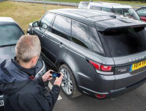 auto Land Rover parkování mobilem Range Rover