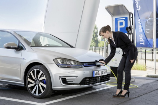 auto Volkswagen Golft GTE plug-in hybrid nabíjení elektroaut