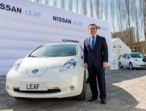 auto Carlos Ghosn šéf Nissan Renault u elektromobilů Nissan Leaf