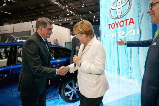 Německá kancléřka Angela Merkelová u vodíkového auta Toyota Mirai