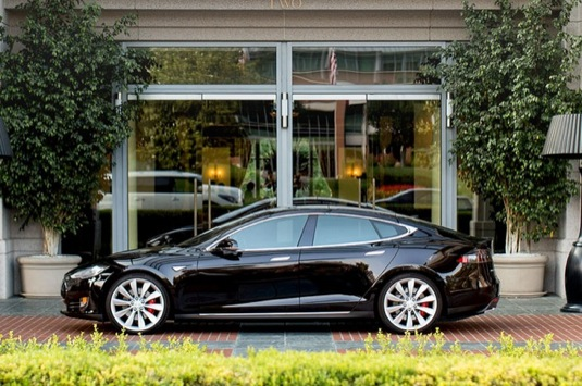auto elektroauto Tesla Model S elektromobil Destination Charging nabíjení