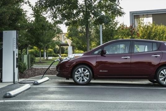 Elektromobil Nissan Leaf u nabíjecí stanice.