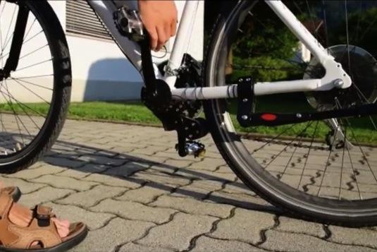 Díky uložení motoru těsně za středem kola si stroj udržuje i dobré vyvážení